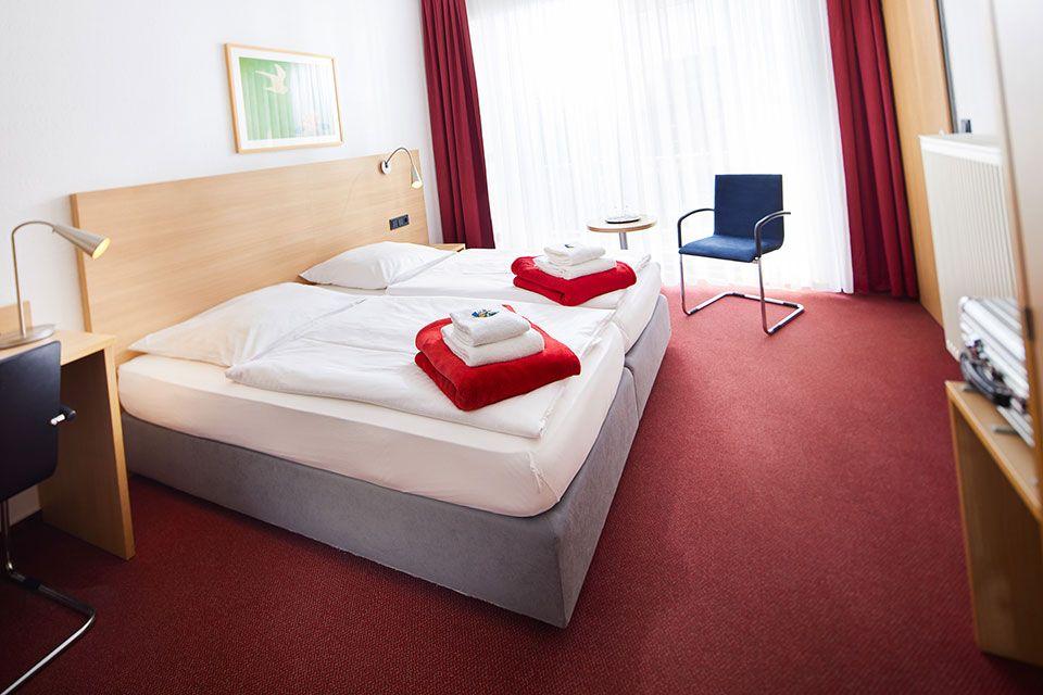 Zweibettzimmer mit zusammen stehenden Betten
